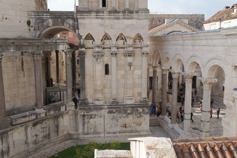 Visión sobre Prothyron y peristilo en el palacio de Diocletian fotos de archivo