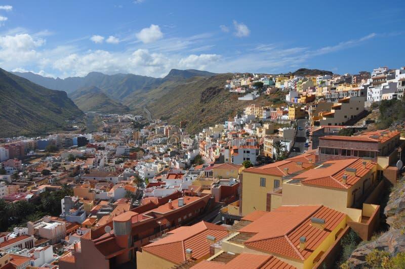 Visión sobre San Sebastián en el La español Gomera de la isla volcánica fotografía de archivo