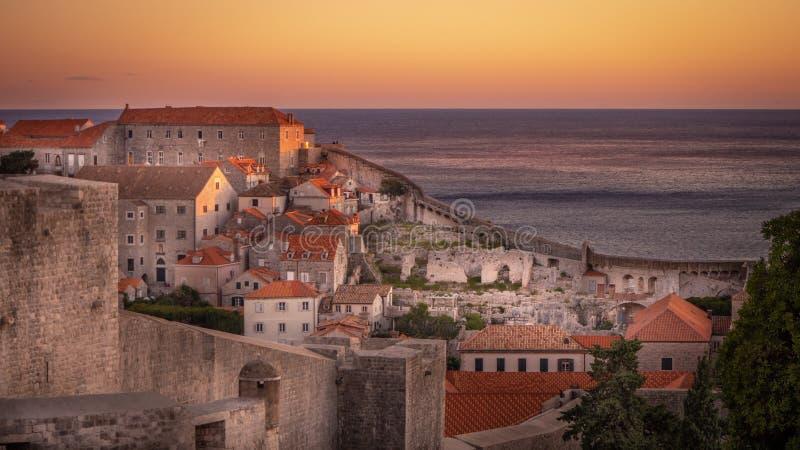 Visión sobre sorprender la ciudad vieja Dubrovnik en la puesta del sol fotografía de archivo libre de regalías