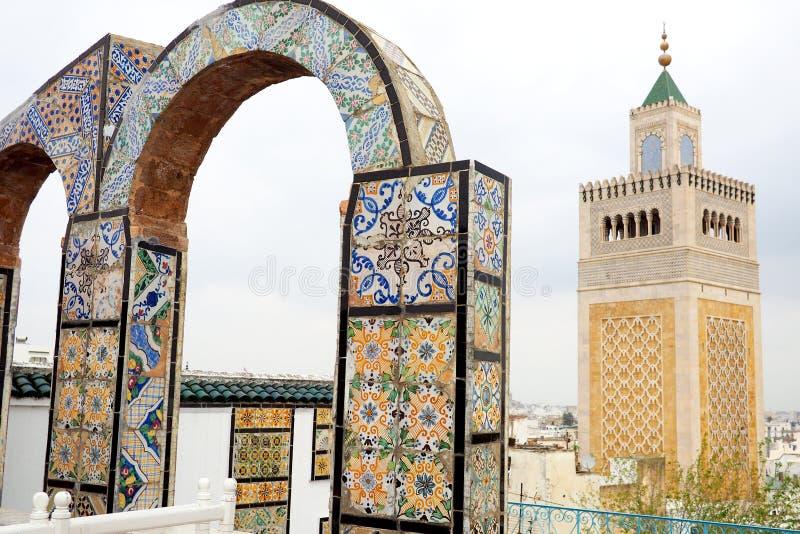 Visión sobre Túnez a la mezquita del al-Zaytuna imagenes de archivo
