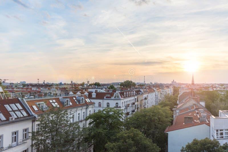 Visión sobre tejados, horizonte de la ciudad en la puesta del sol imagen de archivo libre de regalías