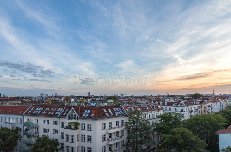 Visión sobre tejados, horizonte de la ciudad en la puesta del sol imagenes de archivo