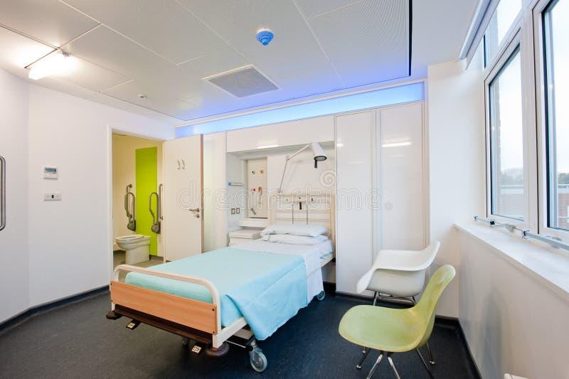 Visión sobre un cuarto de hospital moderno fotos de archivo