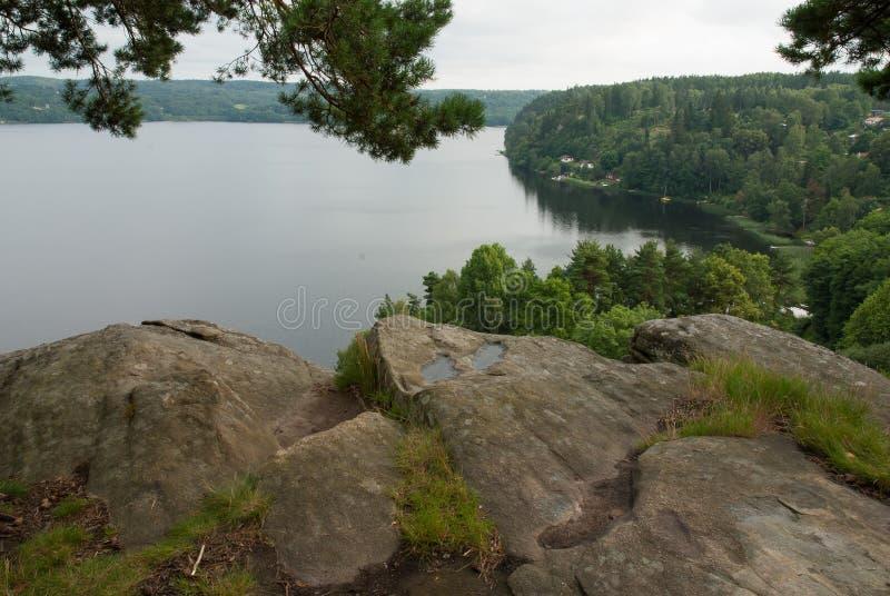 Visión sobre un lago en la costa oeste, Suecia foto de archivo
