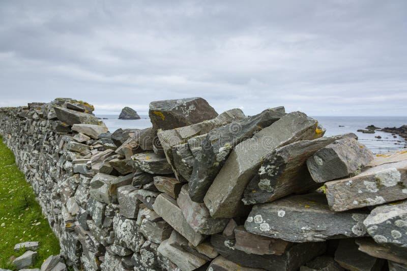 Visión sobre una pared drystone en Escocia septentrional imagen de archivo libre de regalías