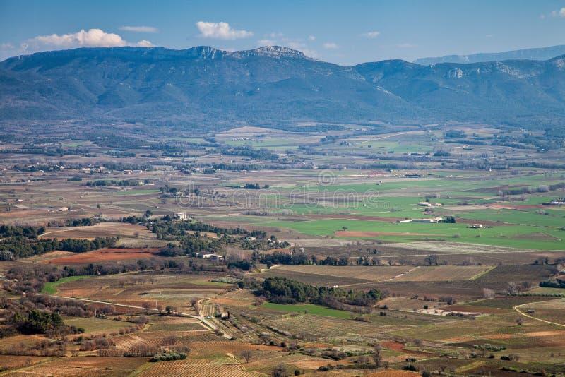 Visión sobre viñedos y beaumes de Sainte en Francia meridional. foto de archivo libre de regalías