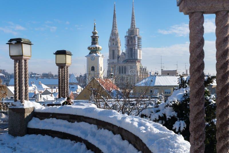 Visión sobre Zagreb durante invierno con nieve con vista a las torres de la zona de la iglesia y de la catedral y el para sentars foto de archivo