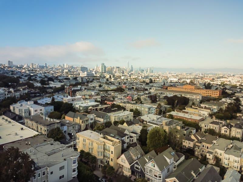 Visión superior Castro District con las casas victorianas y San céntrico foto de archivo libre de regalías