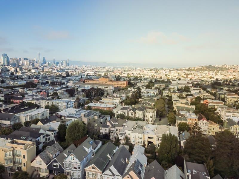 Visión superior Castro District con las casas victorianas y San céntrico fotografía de archivo