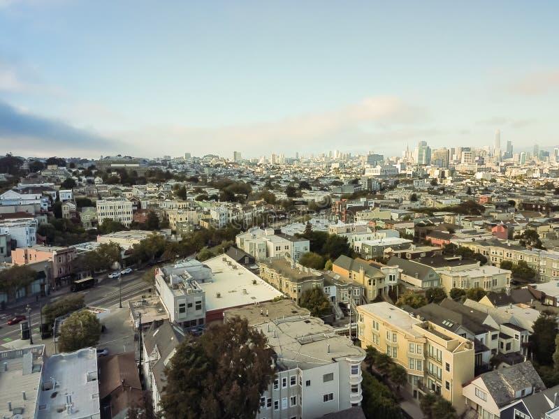 Visión superior Castro District con las casas victorianas y San céntrico imagen de archivo libre de regalías