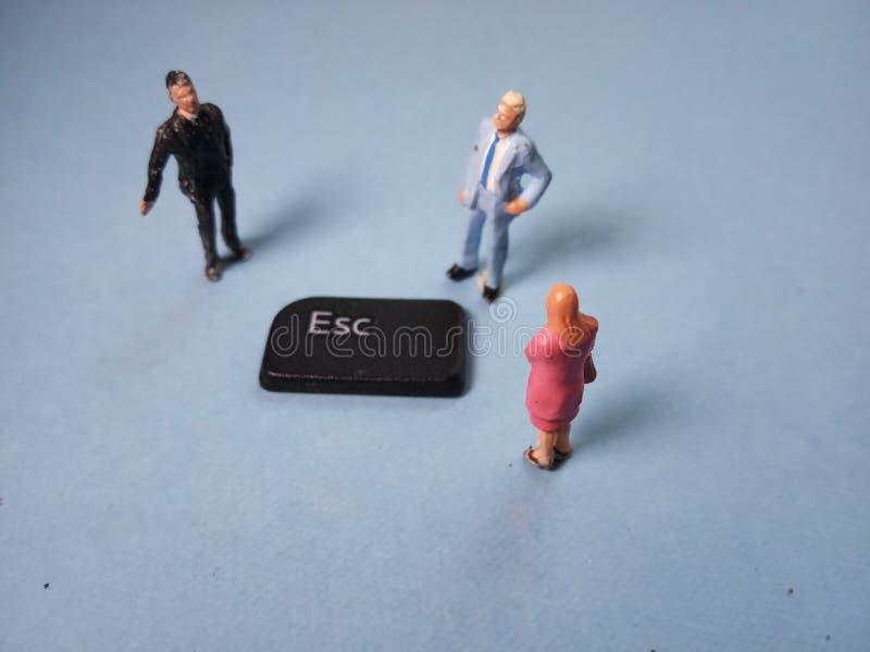 Visión superior cercana encima de la figura miniatura conceptual/del ejemplo hombre de negocios y 1 empresaria 2 que intentan al  imagenes de archivo