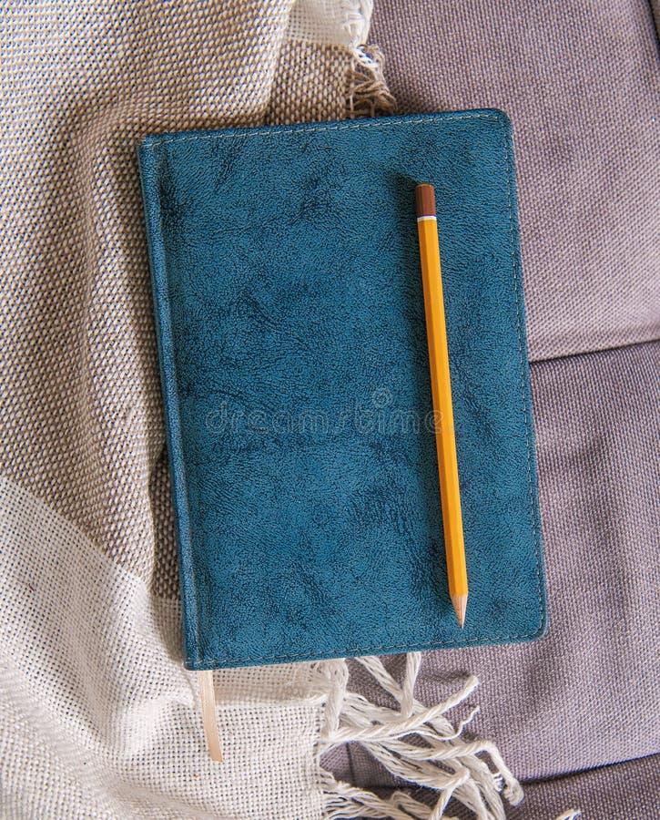 Visión superior con el cuaderno y el lápiz Mofa para arriba para el diseño imagenes de archivo