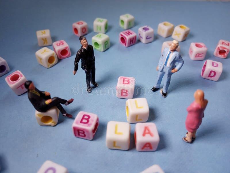 Visión superior conceptual/charla del Chit del ejemplo, gotas plásticas del cubo del alfabeto más allá 3 de la figura miniatura h fotos de archivo