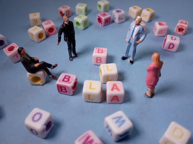 Visión superior conceptual/charla del Chit del ejemplo, gotas plásticas del cubo del alfabeto más allá 3 de la figura miniatura h imagen de archivo libre de regalías