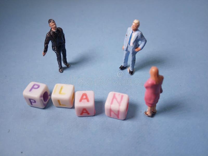 Visión superior conceptual/charla del Chit del ejemplo, gotas plásticas del cubo del alfabeto más allá 3 de la figura miniatura h imagenes de archivo