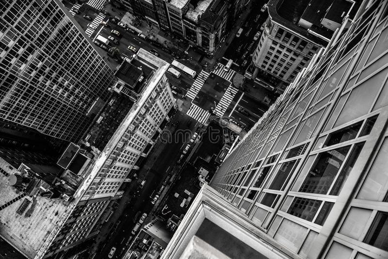 Visión superior desde el rascacielos a la calle de la ciudad en el Midtown de Manhattan en Nueva York fotos de archivo libres de regalías
