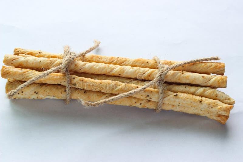 Visión superior El cierre encima de las barras de pan se deforma por el lugar de la materia textil en la tabla de madera foto de archivo
