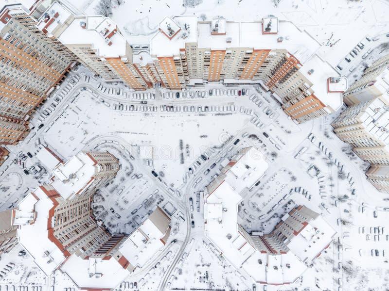Visión superior en el distrito de la vivienda con las yardas y la porción internas nevadas de coches parqueados Estación del invi imágenes de archivo libres de regalías