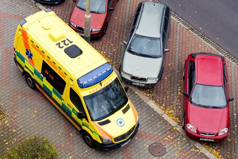 Visión superior en la ambulancia de Mercedes-Benz Sprinter aparcamiento en un pavimento imágenes de archivo libres de regalías