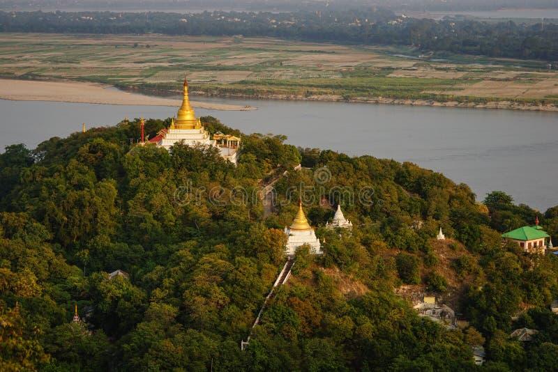 Visión superior en puesta del sol hermosa del templo en la colina de Mandalay en Myanmar fotos de archivo