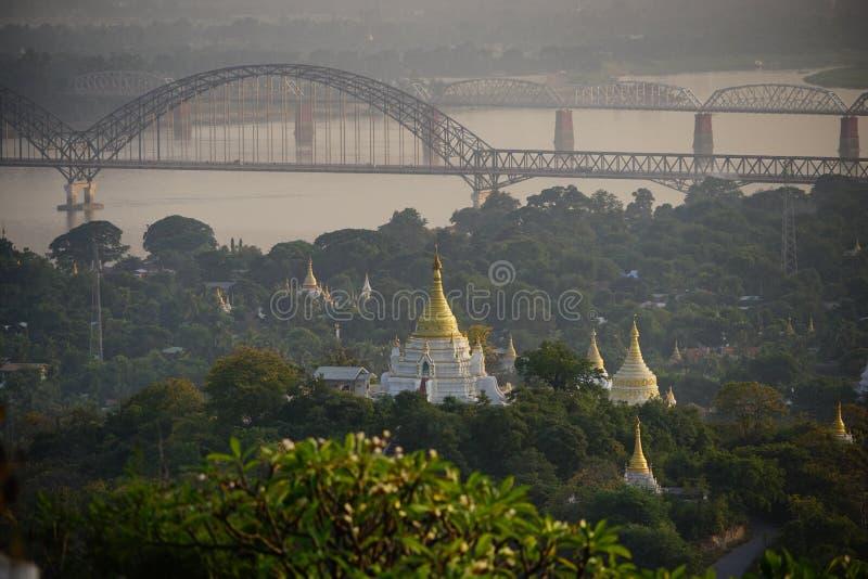 Visión superior en templo hermoso por la mañana en la colina de Mandalay en Myanmar imagen de archivo