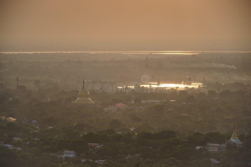 Visión superior en templo hermoso por la mañana en la colina de Mandalay en Myanmar fotografía de archivo