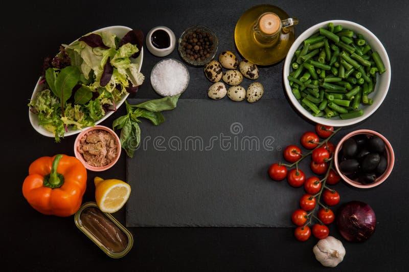 Visión superior, endecha plana Ingredientes para hacer la ensalada tradicional francesa del nicoise del niçoise alrededor de una fotografía de archivo libre de regalías