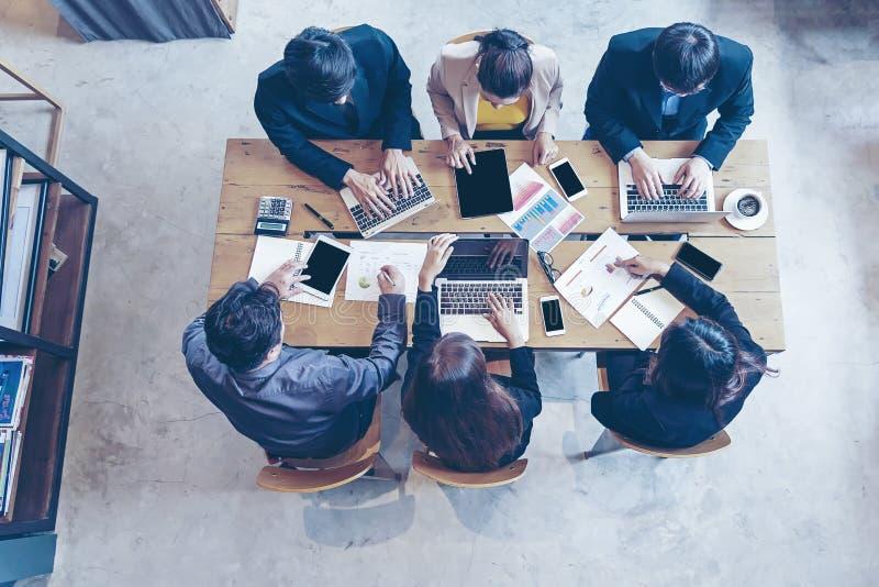 Visión superior Equipo del negocio usando la tableta a trabajar con datos financieros Socios que discuten el gráfico del crecimie fotografía de archivo libre de regalías