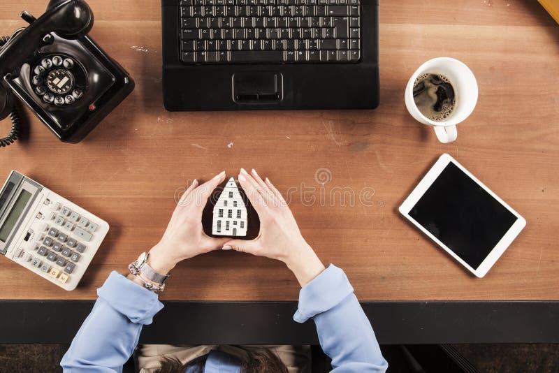 Visión superior, funcionamiento de la mujer de negocios como agente de seguro fotografía de archivo libre de regalías