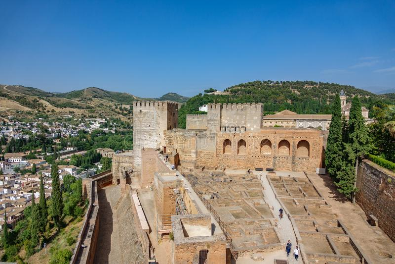 Visión superior granangular de Alhambra, de ciudad y de montañas foto de archivo