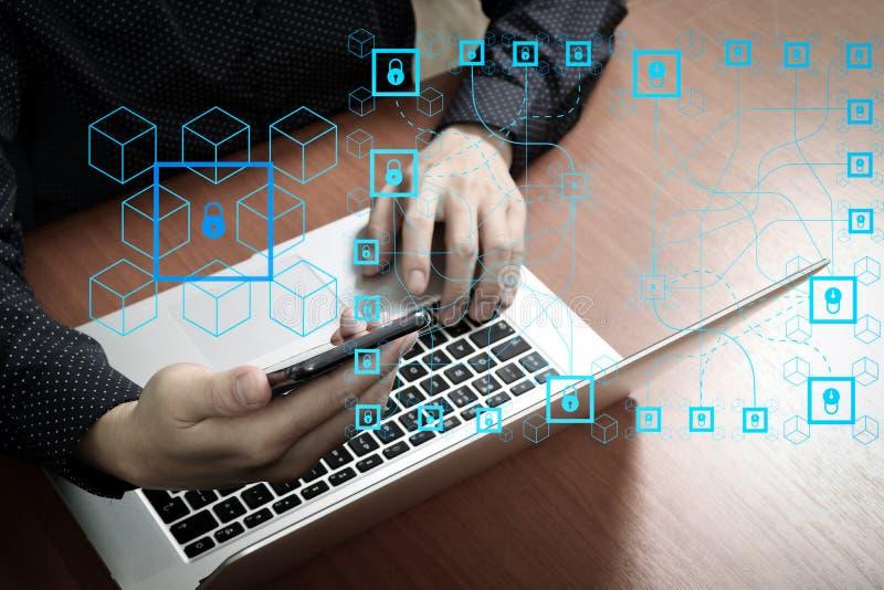 visión superior, mano del hombre de negocios usando el teléfono elegante, ordenador portátil, banco en línea foto de archivo libre de regalías