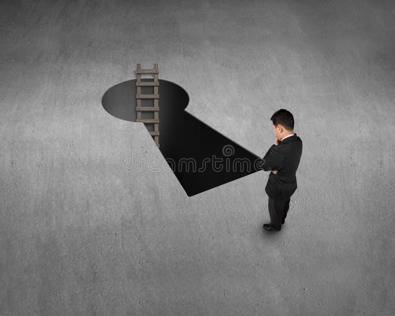 Visión superior para el hombre de negocios, el agujero dominante de la forma y la escalera imagen de archivo