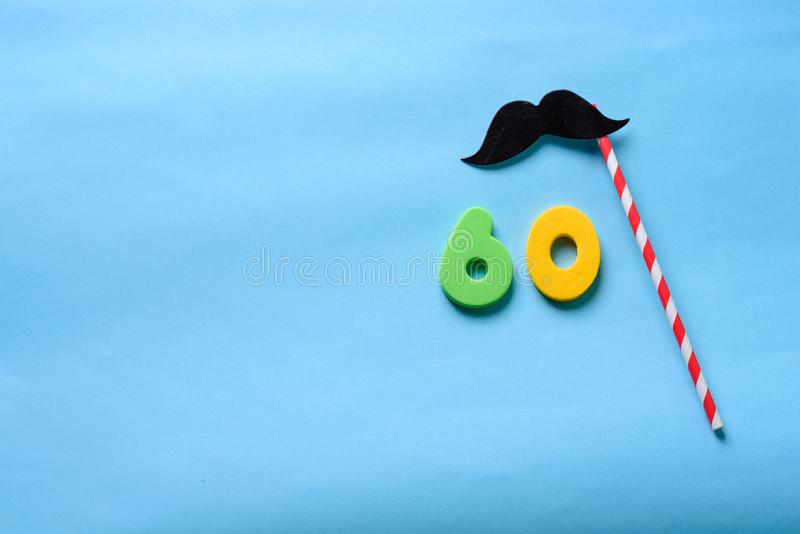 Visi?n superior puesta plano n?mero 60 y bigote lindo de la m?scara de papel del carnaval fotografía de archivo