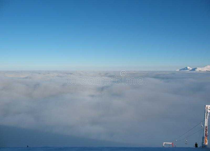 Visión superior sobre la capa de nubes en las montañas Picos y remonte de montaña En los Cárpatos en Ucrania foto de archivo libre de regalías