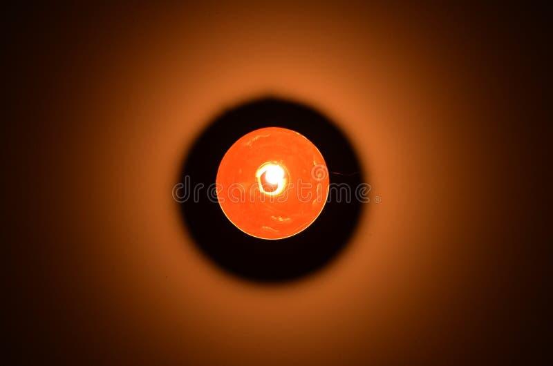 Visión superior sobre luz roja de la vela con la sombra negra fotografía de archivo libre de regalías