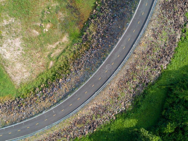 Visión superior un camino de enrrollamiento vacío de la pista de despeque con los árboles verdes y borde de la carretera de OM de foto de archivo