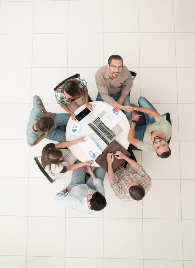 Visión superior una reunión informal con los socios comerciales foto de archivo