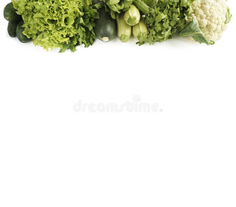 Visión superior Variedad de verduras y de frutas verdes en blanco Pepino, coliflor, calabacín, arugula y lechuga en un backgro bl foto de archivo libre de regalías