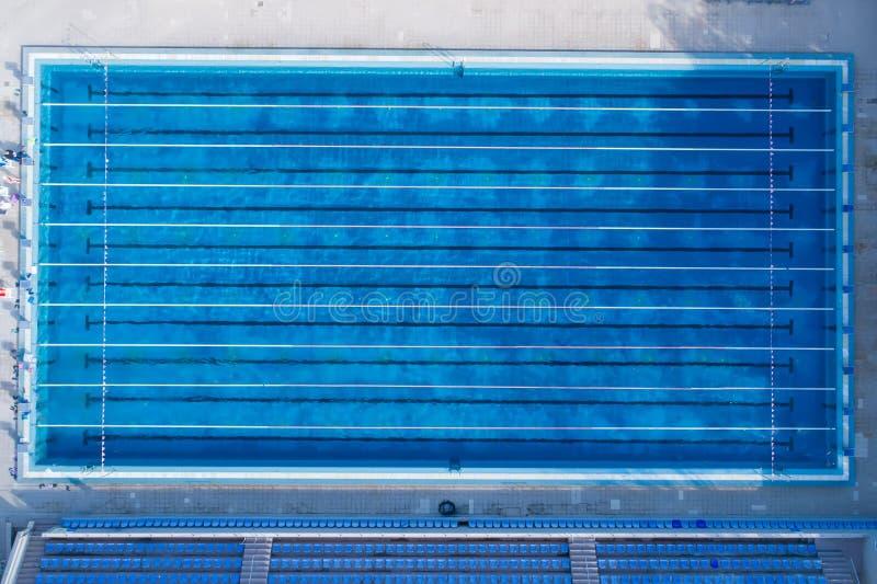 Visión superior, vista de pájaro de la piscina con los carriles marcados y plataforma el comenzar imagenes de archivo