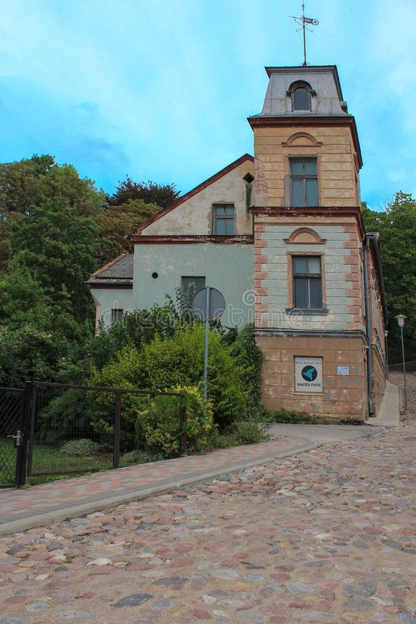 Visión tranquila sin gente en la pequeña ciudad Talsi en Letonia El camino con las rocas va para arriba colina fotografía de archivo