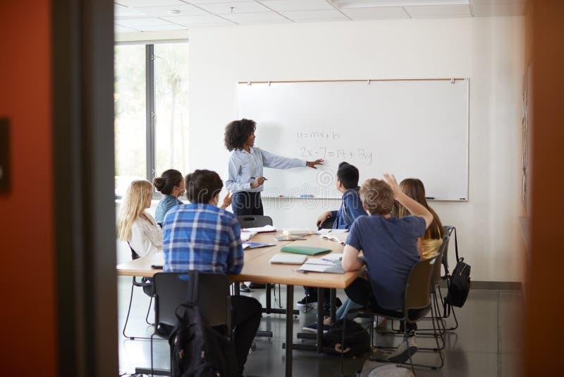Visión a través de la entrada de la clase de la matemáticas de At Whiteboard Teaching del profesor particular de la High School s imagen de archivo libre de regalías
