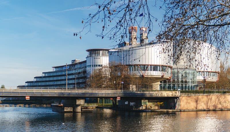 Visión a través de los árboles del Tribunal Europeo de Derechos Humanos bulding foto de archivo