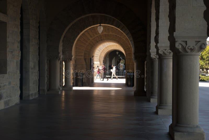 Visión a través de los arcos en caminar de la gente de la juventud foto de archivo