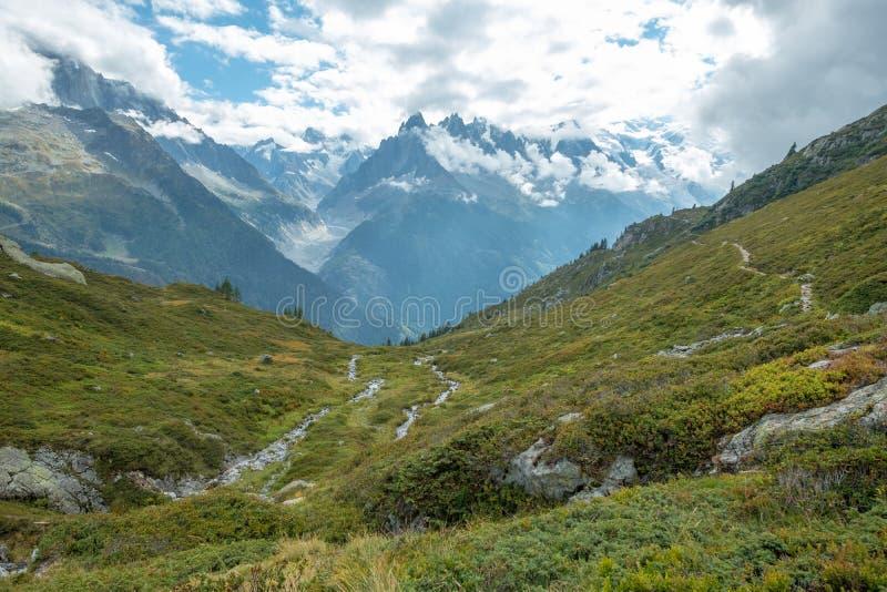 Visión a través de prados alpinos a Mont Blanc Massif, Francia imagenes de archivo