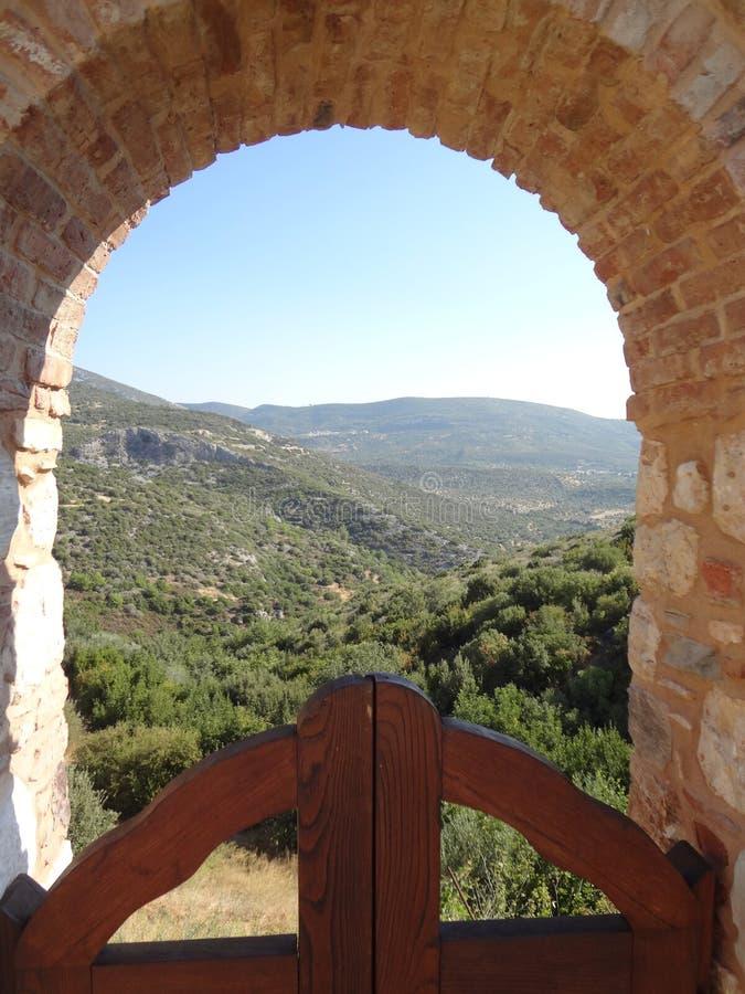 Visión a través de un arco cerca de Megali Panagia imagen de archivo