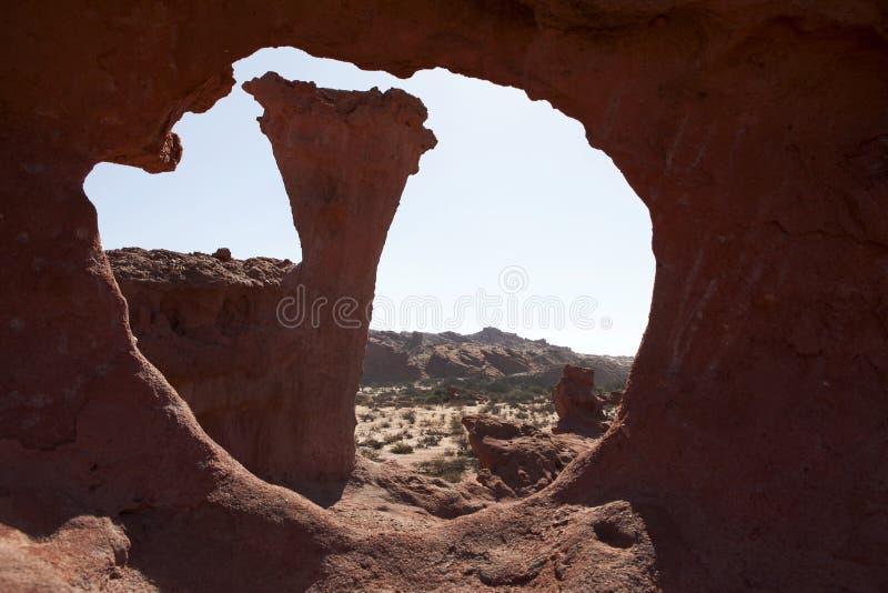 Visión a través de una roca en Quebrada de Cafayate fotografía de archivo libre de regalías
