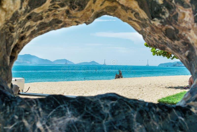 Visión a través del agujero en piedra el vacaciones de la playa y del océano imagen de archivo libre de regalías