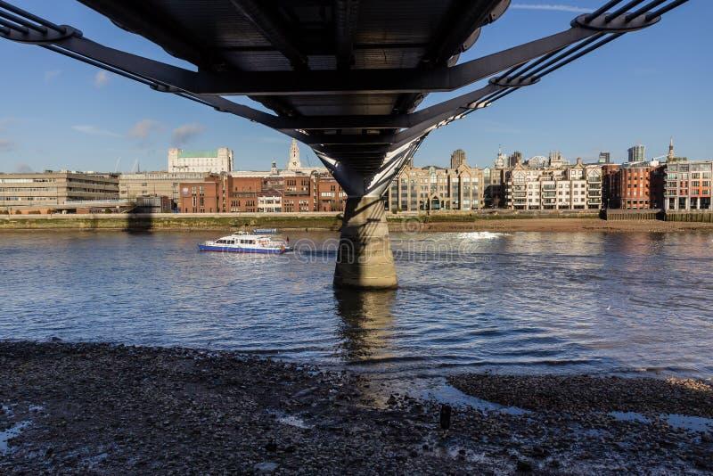 Visión a través del río Támesis del banco del sur por debajo el puente del milenio, Londres imagen de archivo libre de regalías