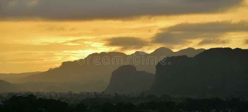 Visión a través del valle de Vinales en Cuba Crepúsculo y niebla de la mañana fotografía de archivo libre de regalías