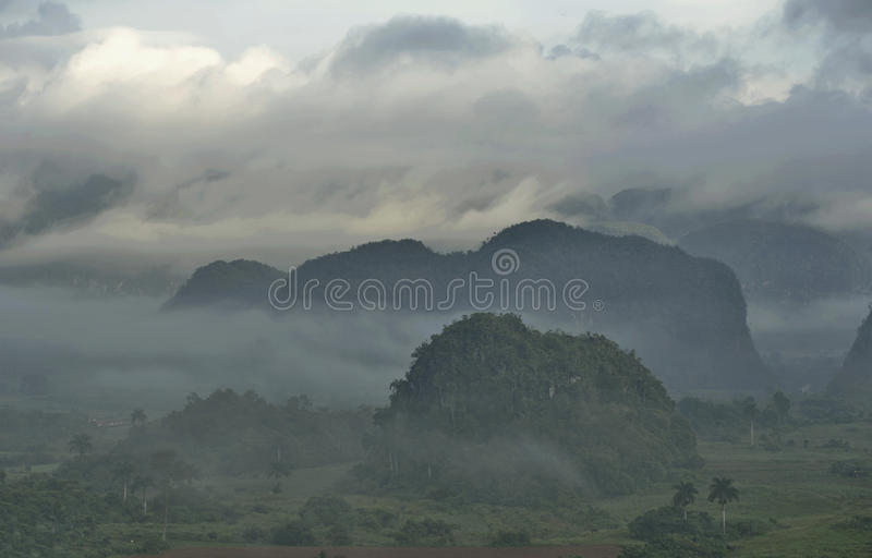 Visión a través del valle de Vinales en Cuba Crepúsculo y niebla de la mañana imágenes de archivo libres de regalías